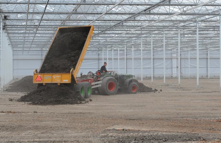loonbedrijf veldman grond rijden in kas